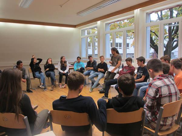 SchülerInnen im Sitzkreis